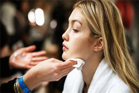 女人正确洗脸的四个小技巧