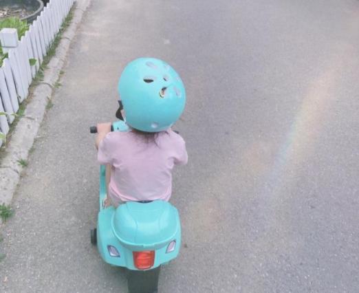 孙怡女儿骑车背影照 小朋友和小摩托果然相配