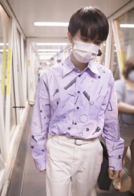 王俊凯紫色衬衫