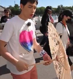 萧敬腾被粉丝送油纸伞