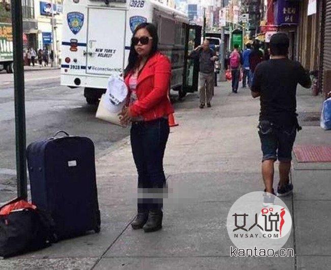 凤姐搬家蹲坐纽约街头 戴墨镜示人身材发福严重不忍直视